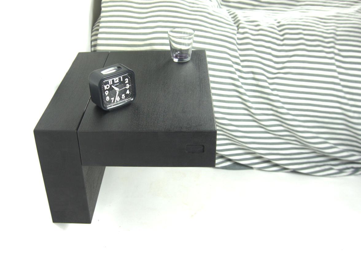 Blad gesloten van Sesam zwart eiken zwevend nachtkastje